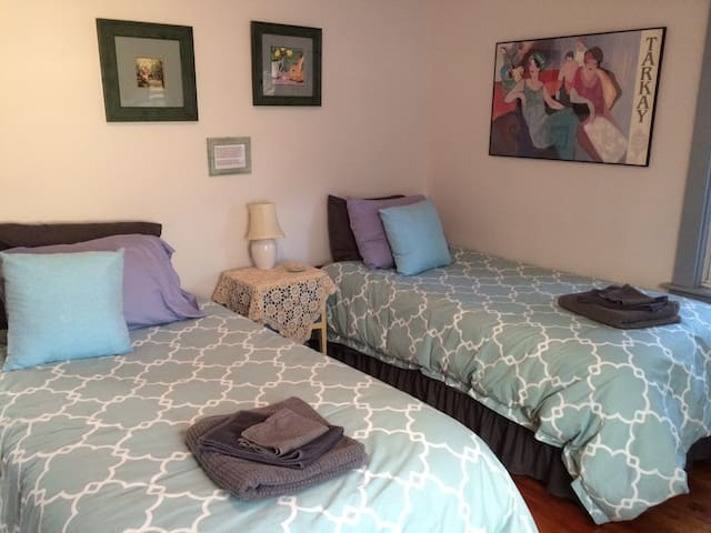 Downtown Great Barrington, Two Beds, Charming Art - Great Barrington