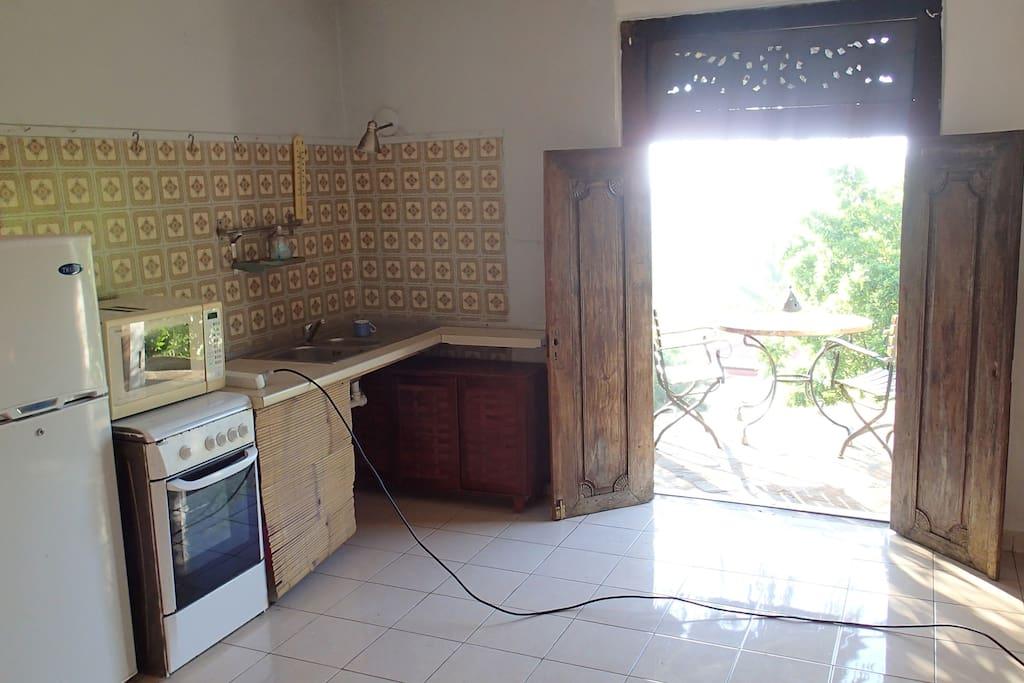Une  cuisinette à l'intérieure, pour des repas sur la terrasse.