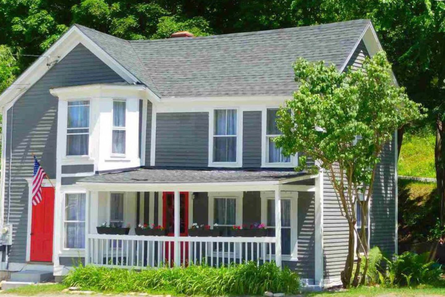 Stay in this lovely historic village home filled with character and charm. Close to Magic, Bromley, and Stratton ski resorts, as well as Lowell Lake State Park and hiking trails. Shopping, restaurants, New England culture, and gorgeous views!