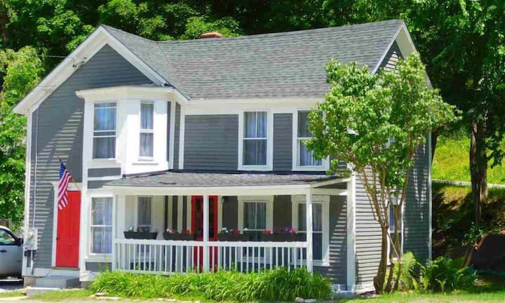 Londonderry Dollhouse ~ Sleeps 8+