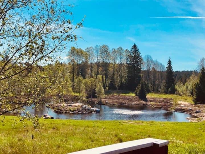 Hyggeligt hus i Halland med helt egen sø, 2 huse