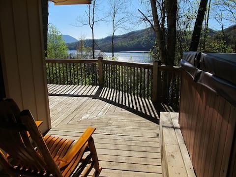 Romantyczny domek z widokiem na jezioro z jacuzzi i kajakiem!