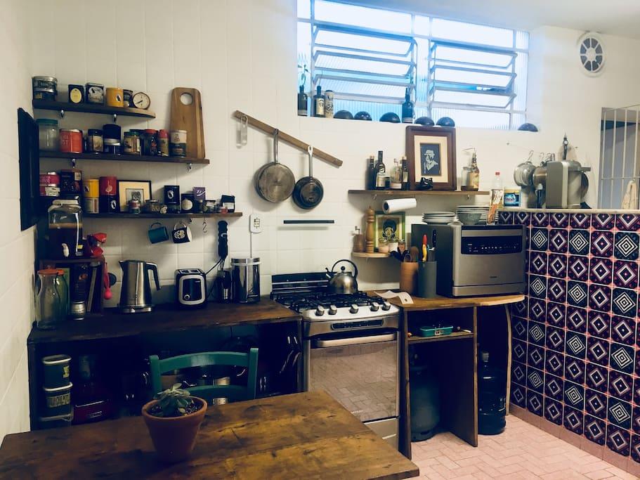 A cozinha está totalmente equipada e pode ser usada por quem gosta de cozinhar ou comer bem.