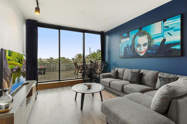 One-bed Apartment with Balcony and Luna Park Views