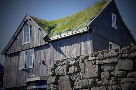 Cosy traditional house with hot tub - Eiði