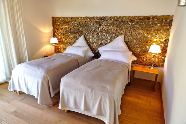 Zimmer 2 mit 2 separaten Betten, die zu einem Doppelbett zusammengestellt werden können