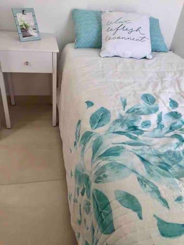 Habitación Hortensia   Esta habitación consta de una cama individual y closet.