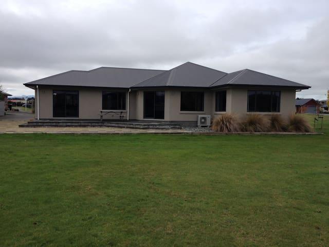 House opening onto parkland with mountain views - Te Anau - House
