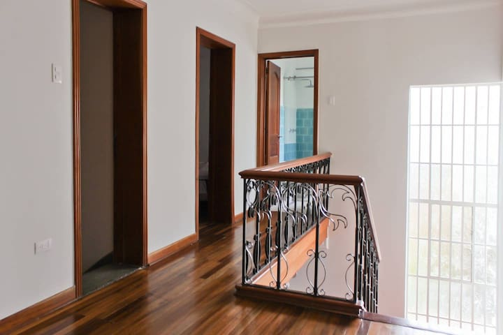 *BEAUTIFUL LIGHT FILLED  2-STORY HOME* LA MACARENA