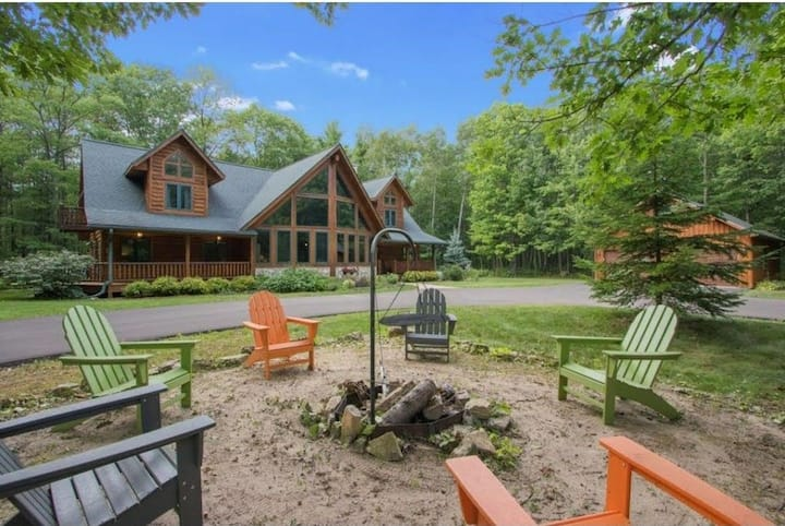Timber Lodge on Large Wooded Lot mid Door County