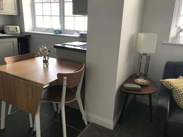 Stylish 2 bed apartment, town centre with parking