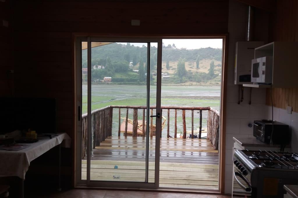 Vista desde departamento/palafito, con marea baja.