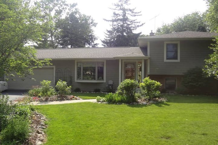 Personable Home in Charming Town. - Oconomowoc - House