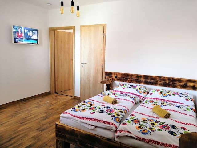 Pokoj Muskat - dvouluzkovy pokoj s vlastni koupelnou a TV