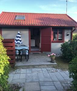 Fräsch och trevlig liten stuga/gästhus nära havet
