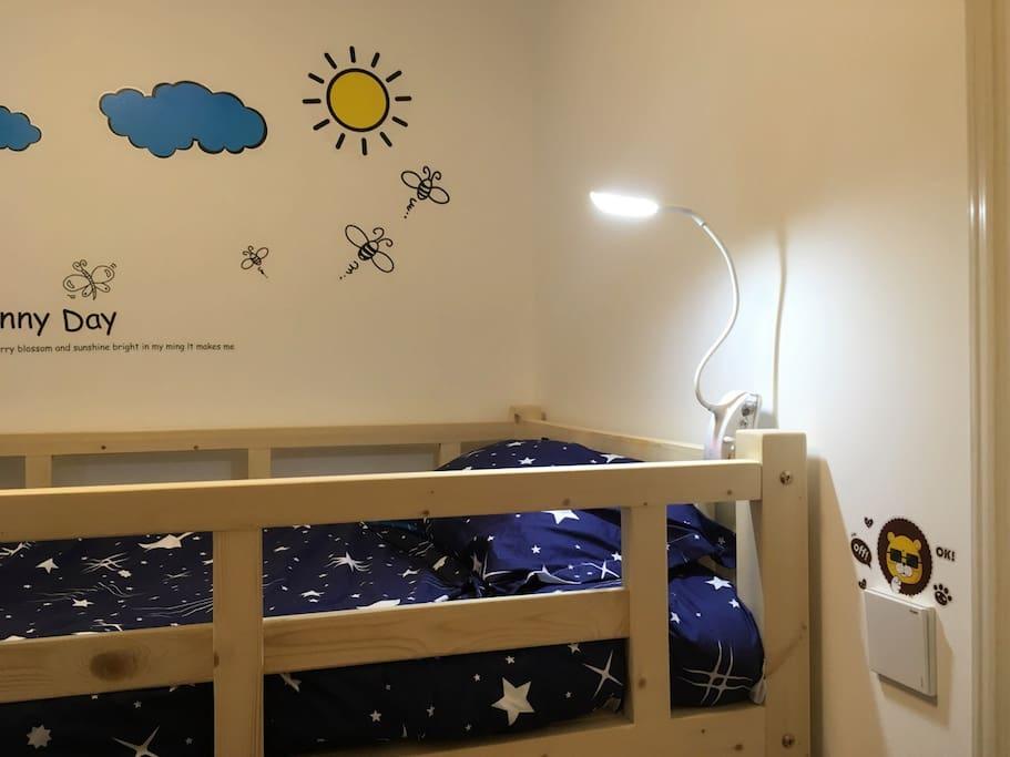 舒适的睡眠很重要,柔软的双层床褥加床垫,干净怡人的床单被套。