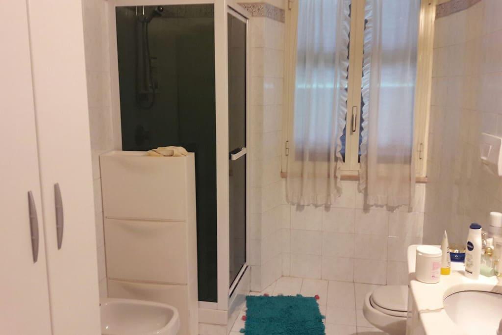 sala da bagno con doccia