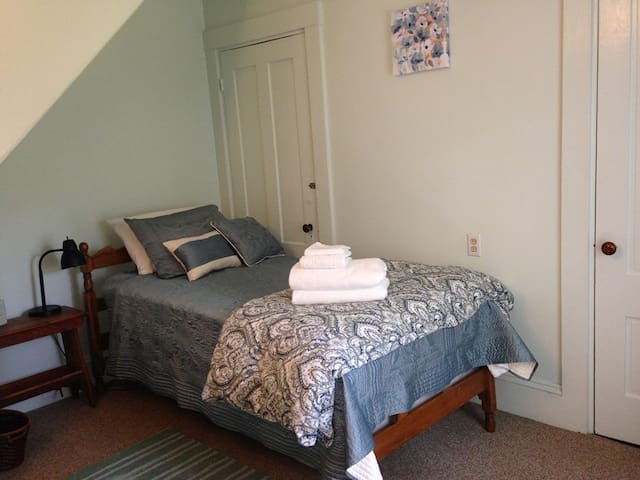 Cozy, sunny room in Victorian home welcomes you - Westbrook - บ้าน