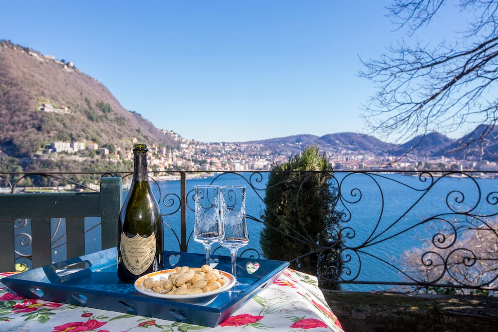 Romantic moments with the enchanting view of the Lake Como