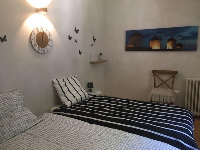 chambre 2 2 lits 90-200 ou un grand lit 160-200