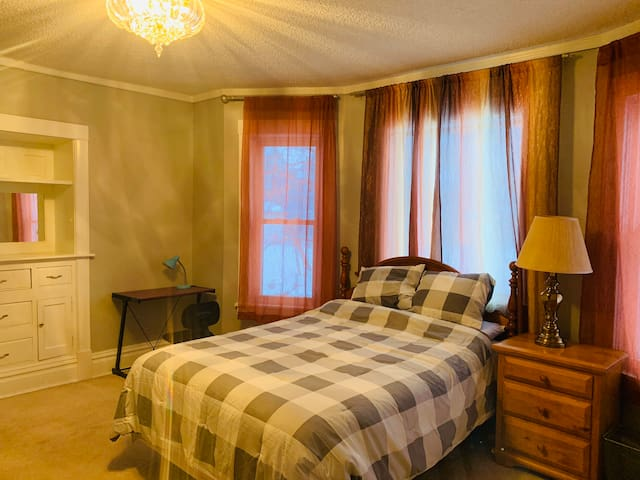 Cozy room with private bathroom near Downtown Mpls