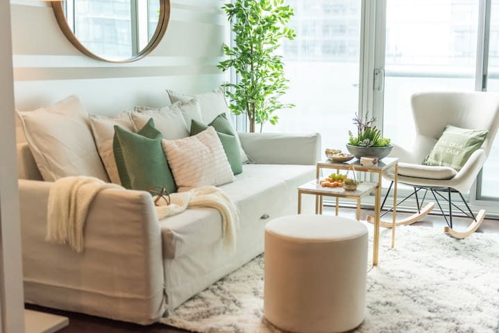 Gorgeous 2BDR + Sofabed + Parking - Core Downtown