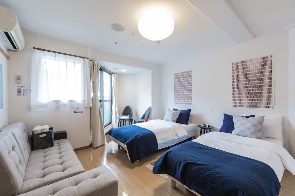 2 beds + a sofa bed. 快適なシングルベッド2台にソファベッド1台で最大3人まで御利用いただけます。
