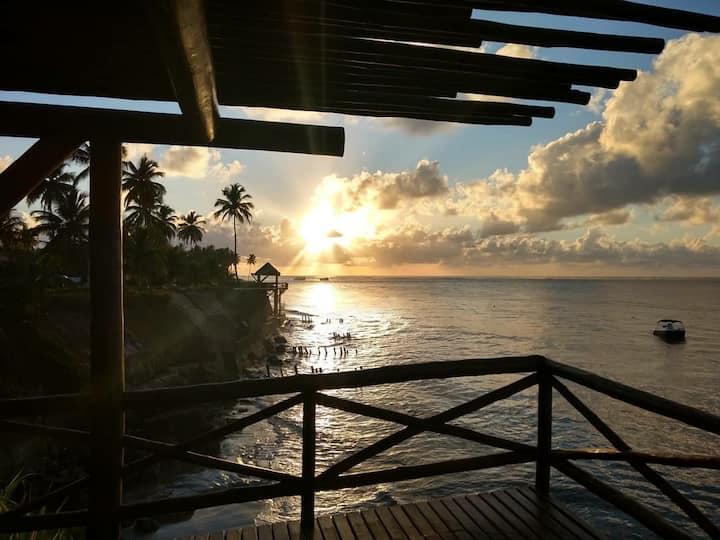 Casa de praia com deck privativo sobre o mar