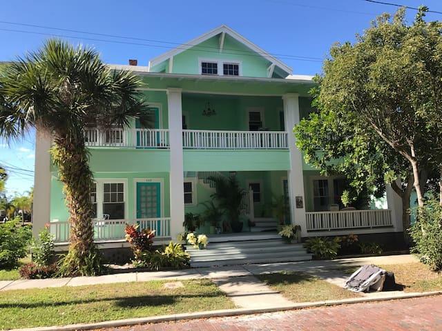 Classic Hemingway Style 1 BR apt in Tarpon Springs - Tarpon Springs - Apartment