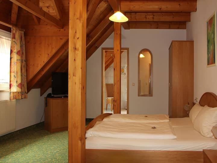 """Gasthof Rössle, (Vogtsburg-Oberbergen), Doppelzimmer """"Komfort"""" mit Bad und WC"""