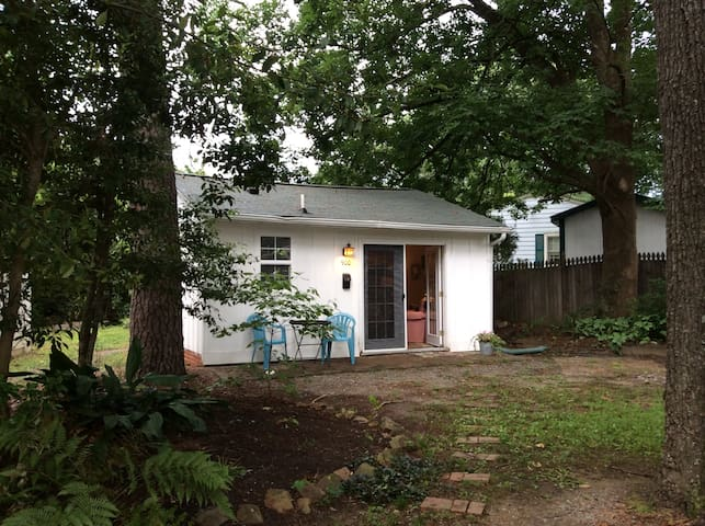 Guest cottage across from Coffee Shop - Carrboro - เกสต์เฮาส์