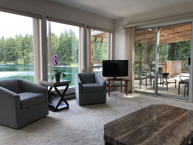 Private lakefront house on Beautiful Sproat Lake