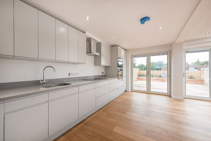 Modern high-spec 4 bed house with stunning terrace
