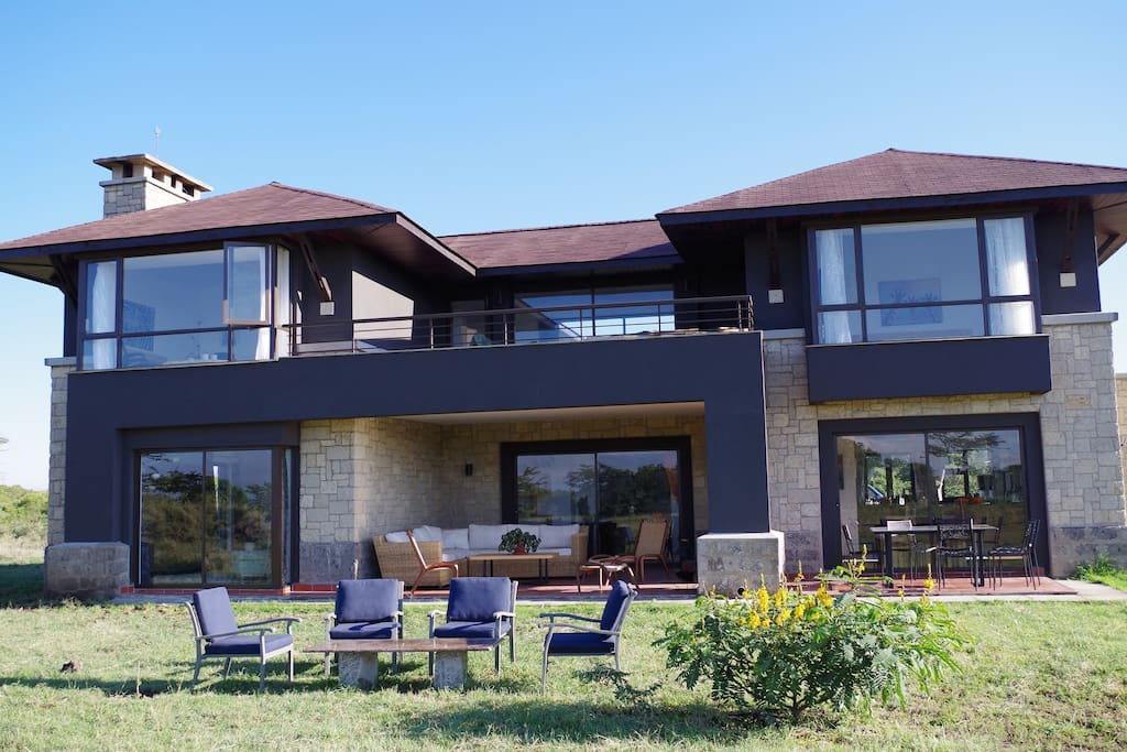 For bedroom Luxury house in the bush with outside sitting and eating areas.