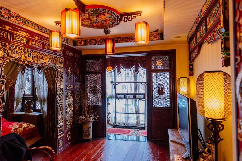 The third floor is a super suite, which occupies the entire floor, is a pure classical Chinese flavor, which is the master bedroom. 第三层是一个超级套房,它占据了整个楼层,是一个纯粹的古典中国风
