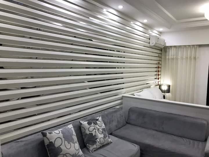 精装公寓带阳台大沙发大空间
