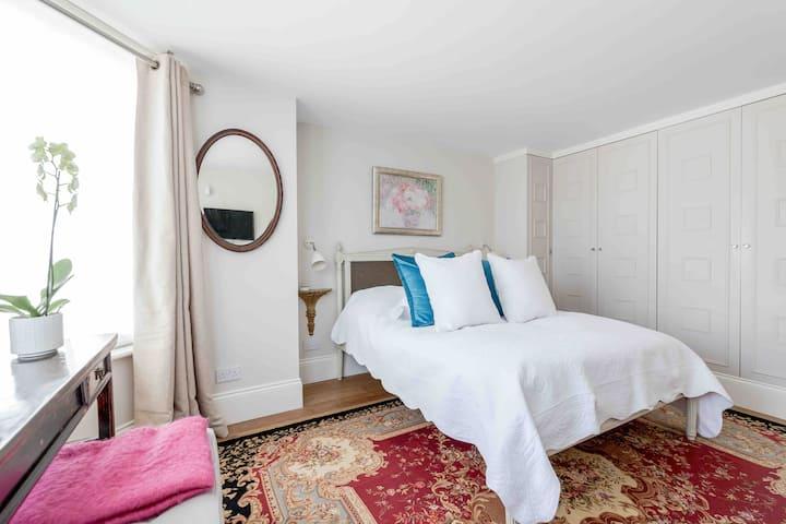 Bright & Stylish King Room w/ Ensuite - Richmond