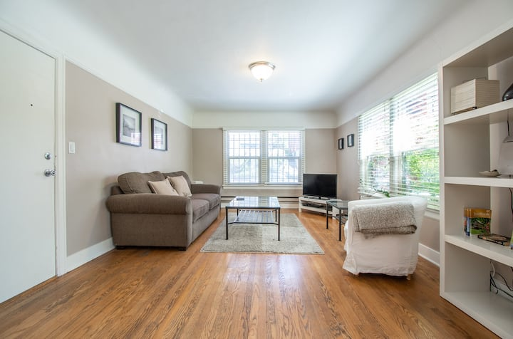 Gorgeous renovated sunny! Vintage Capitol Hill apt