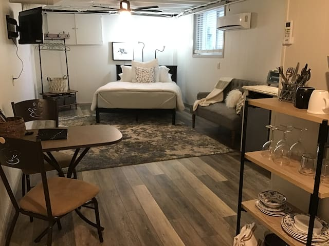 The Hideaway, charming, cozy loft style studio