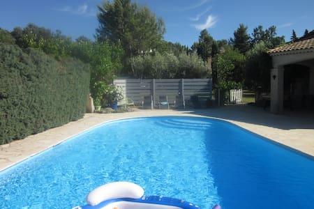 Chambre 40m²+salon dans Villa avec piscine - Garéoult - Apartament