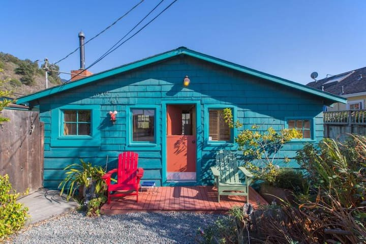 Cute & Colourful Oceanside Retreat w Garden