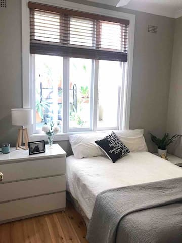 Cosy Room in Spacious Apartment Minutes From Beach