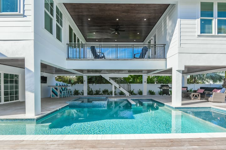 Daiquiri Deck - amazing home with pool and spa, close to beach and shopping!