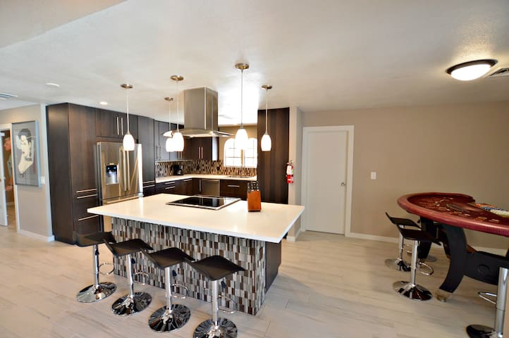 1 block from LV blvd, Private Pool, Spa, Game Room