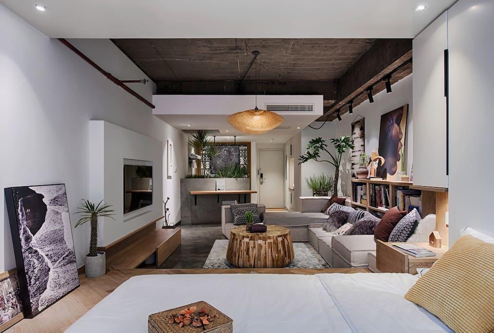 你来到我的城市,走过我来时的路……整体空间,超长的沙发和榻榻米床是连起来的,包括电视柜同样也是座位,能同时容纳多位客人!这样的空间一定需要来感受一下!