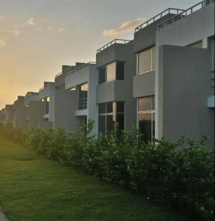 Bella casa de 3 niveles con terrazas y jardín