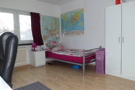 Schönes, großes Zimmer nahe Zentrum - 威斯巴登(Wiesbaden) - 公寓