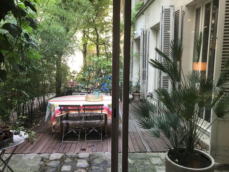 La vue sur la terrasse-jardin depuis la cuisine