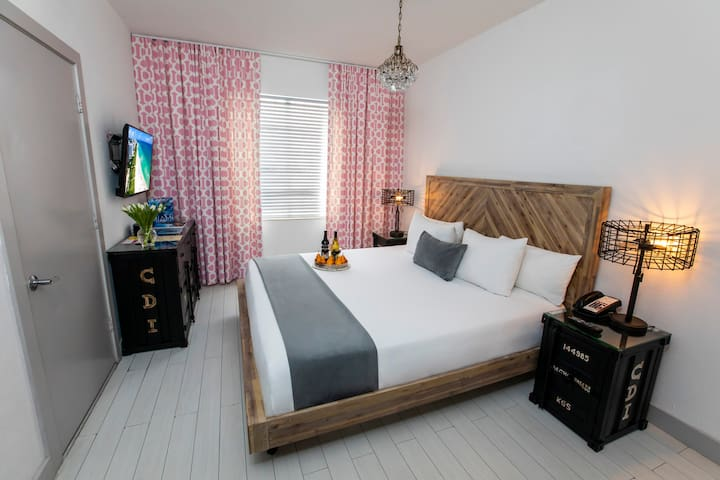 Accommodation with One King Bed - Prime Location on Collins Ave, Steps from the Beach