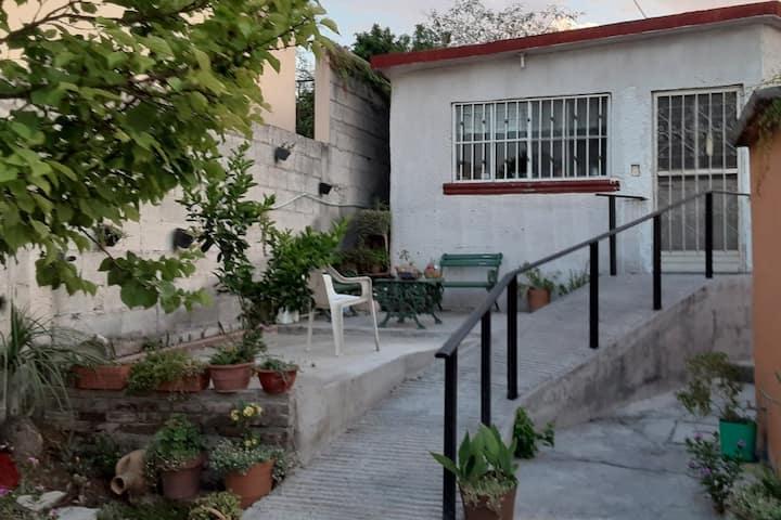 Casa entera en el área más tranquila de la ciudad.